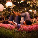 Cena nel campo di ulivi sotto le stelle